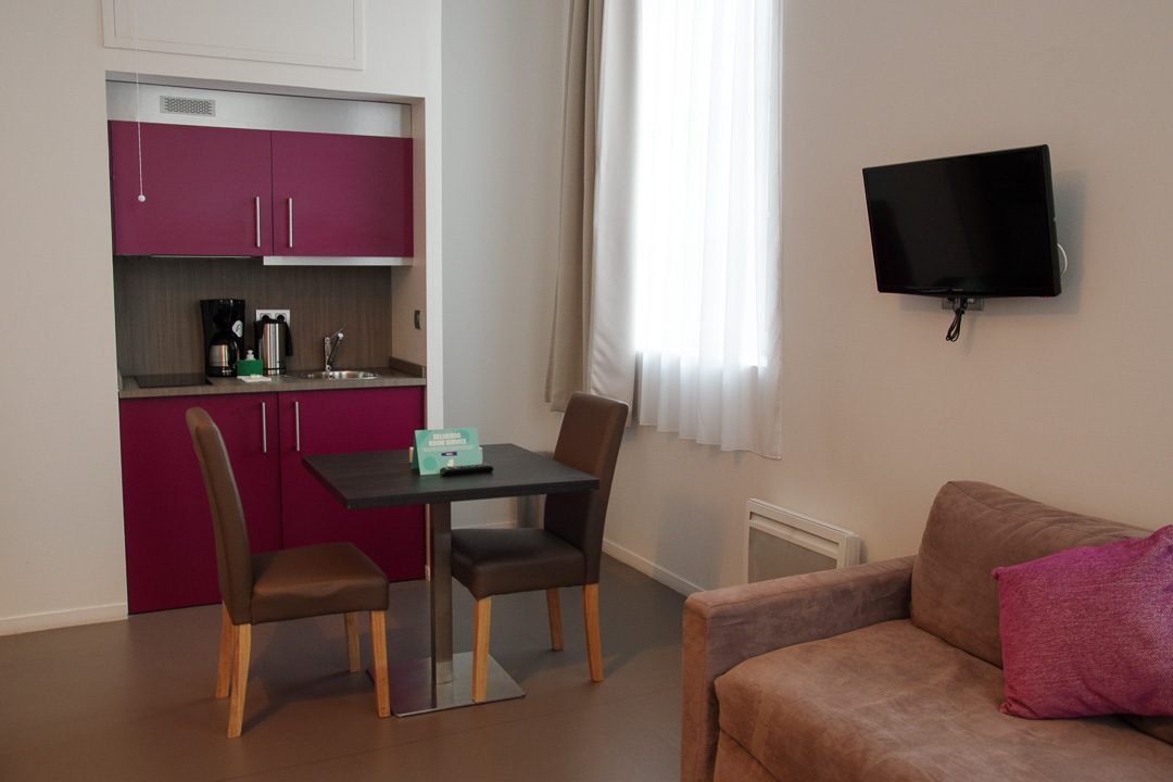 Coin salon et cuisine - Appart Hotel les Cordeliers - Dijon