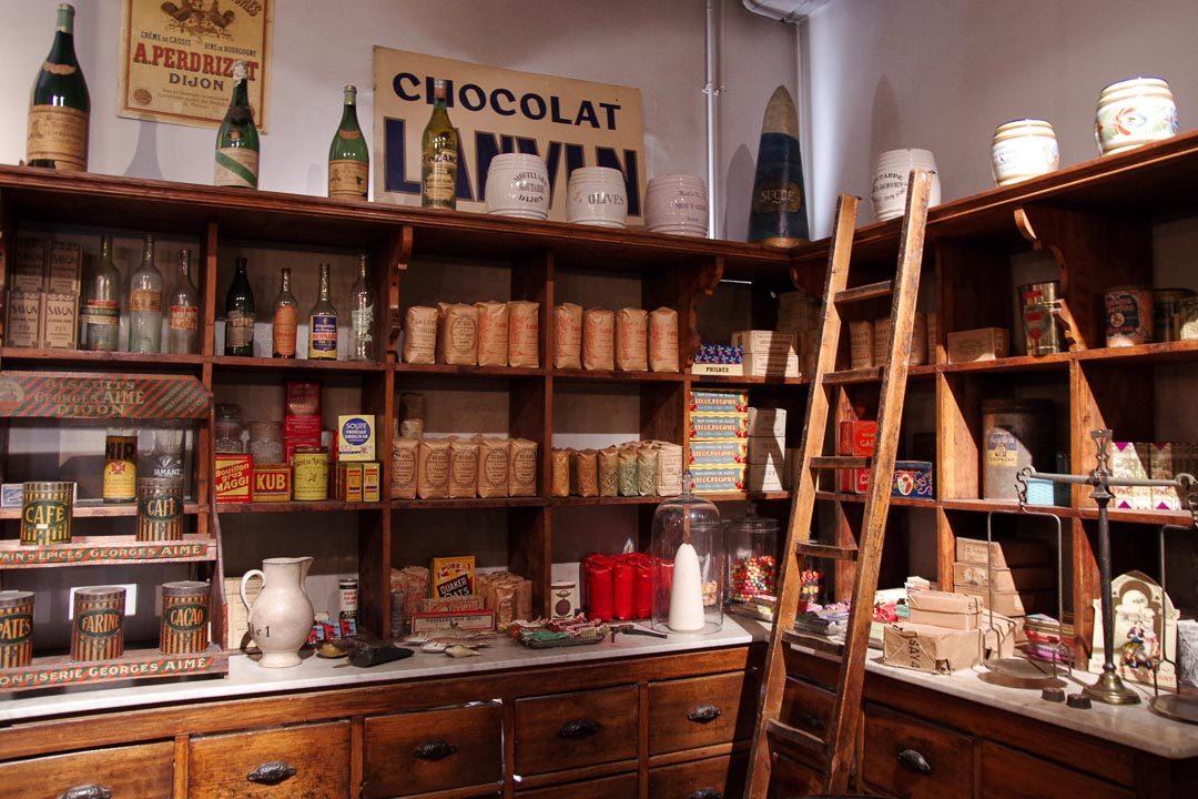 Ancienne boutique reconstituée au musée de la Vie Bourguignonne