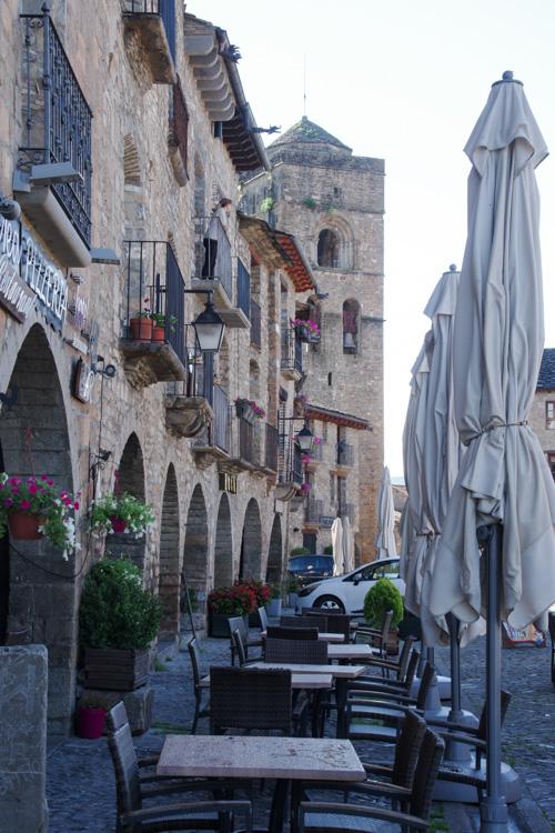 Terrasse de cafés sur la place principale de la vieille ville d'Ainsa