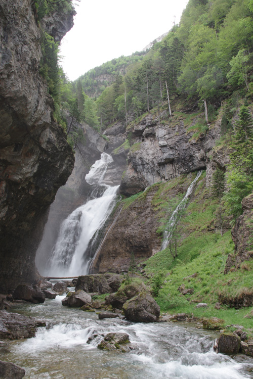 cascade dans la vallée d'Ordesa