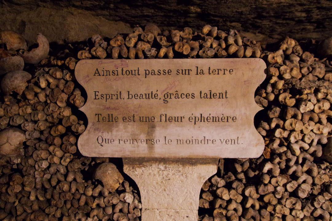 Poeme dans l'ossuaire des Catacombes de Paris