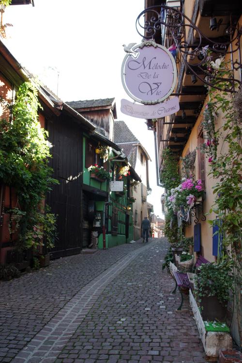 Ruelle dans le village de Riquewihr en Alsace