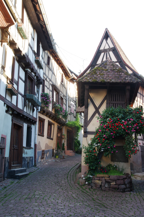 Ruelle dans le village d'Eguisheim en Alsace