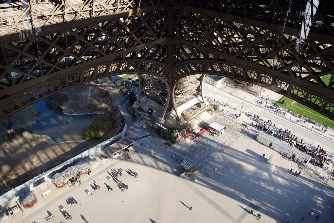 Vue sur l'intérieur de la Tour Eiffel depuis le premier étage