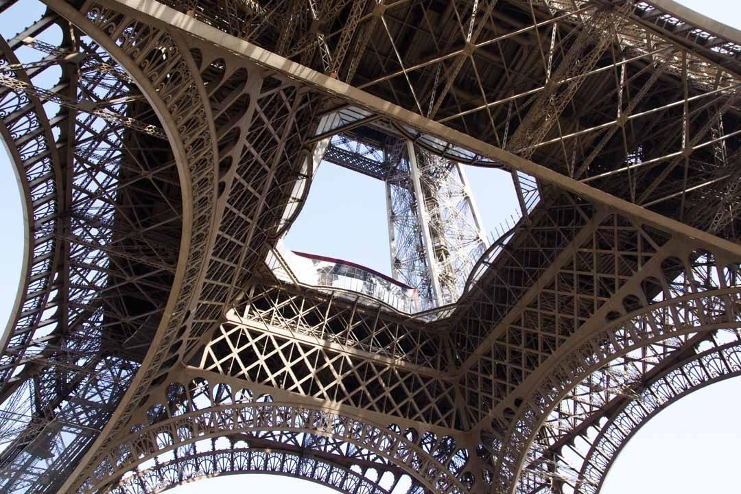 Vue de la Tour Eiffel par le dessous