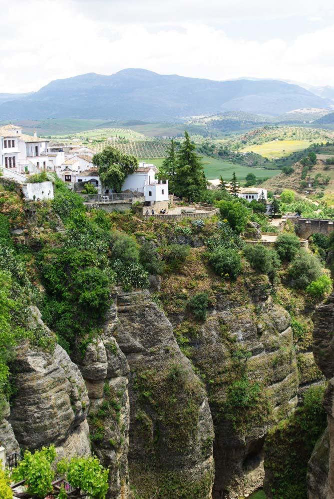 la Ville de Ronda construite sur une falaise