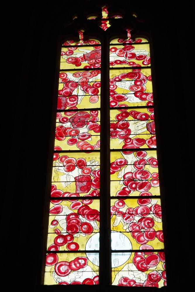 vitraux globules rouges - cathédrale de Rodez