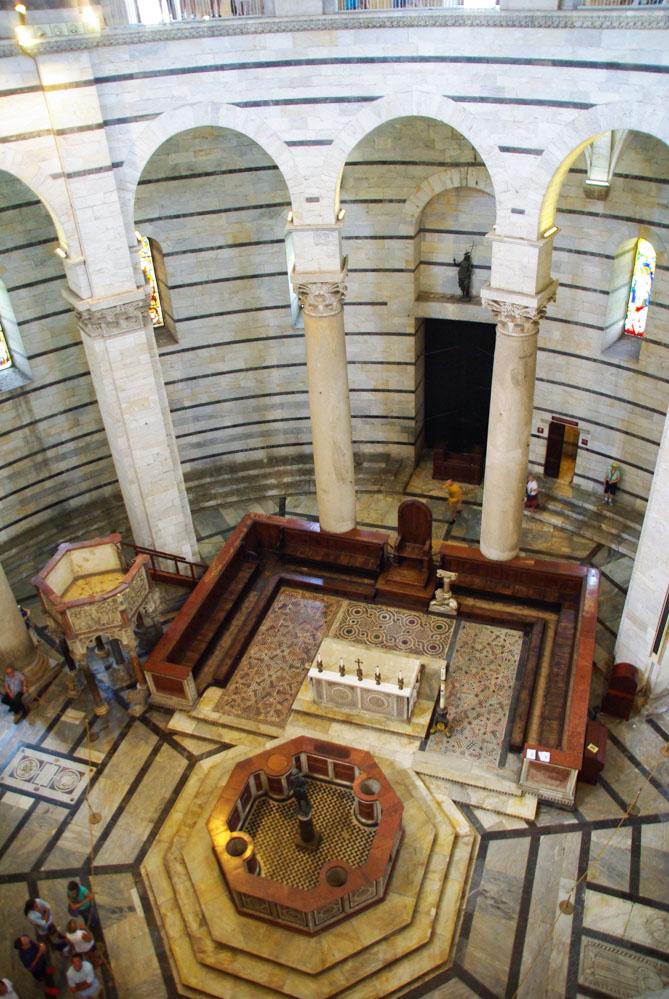 Intérieur du Baptistère à Pise