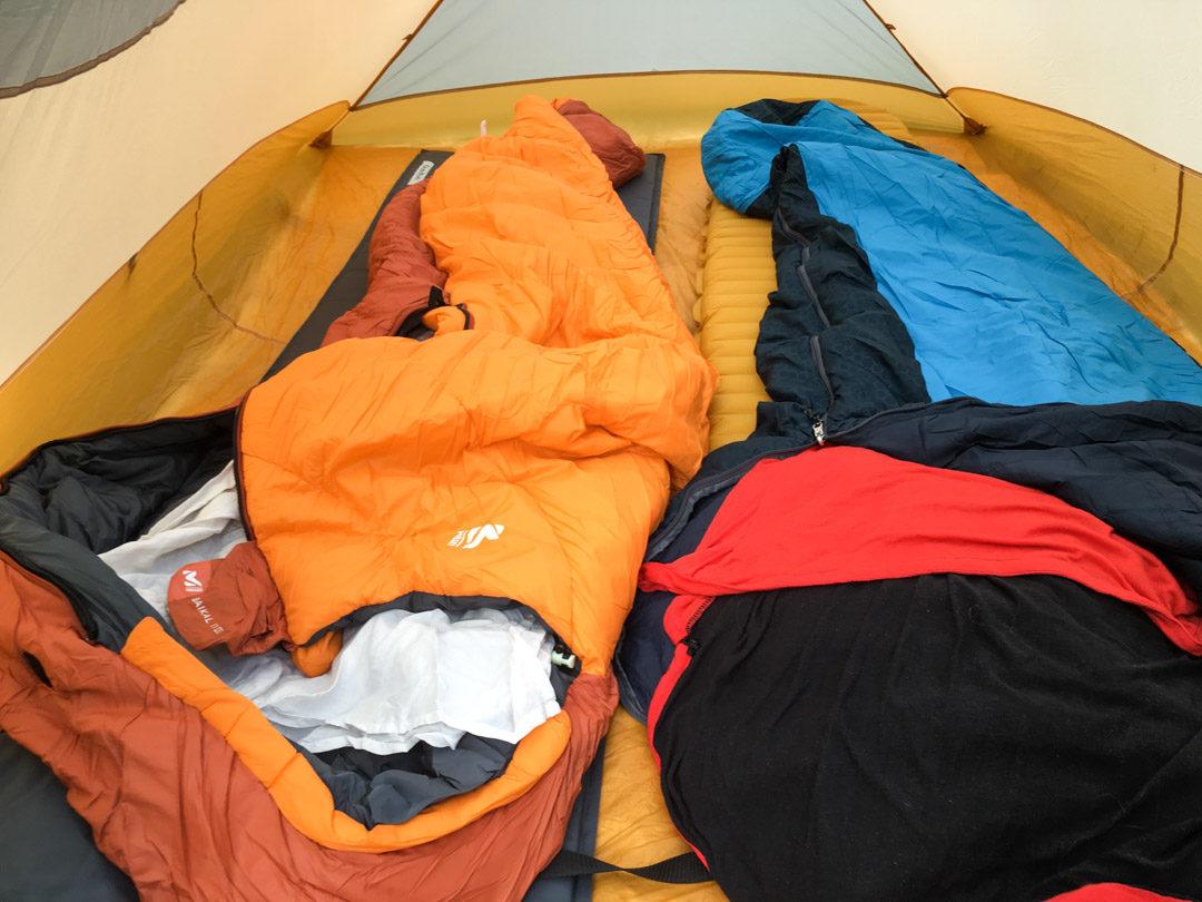 Duvet et sac à viande à l'intérieur de la tente