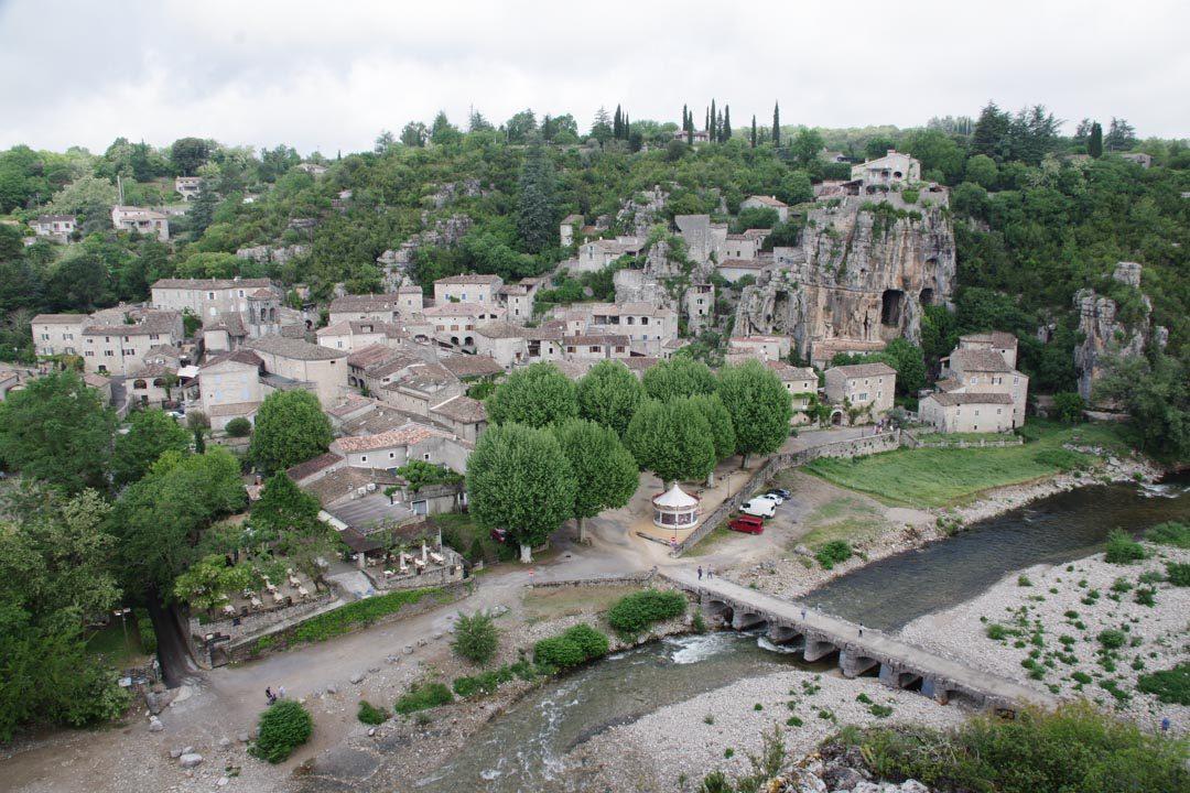 Point de vue sur le village de Labeaume en Ardèche