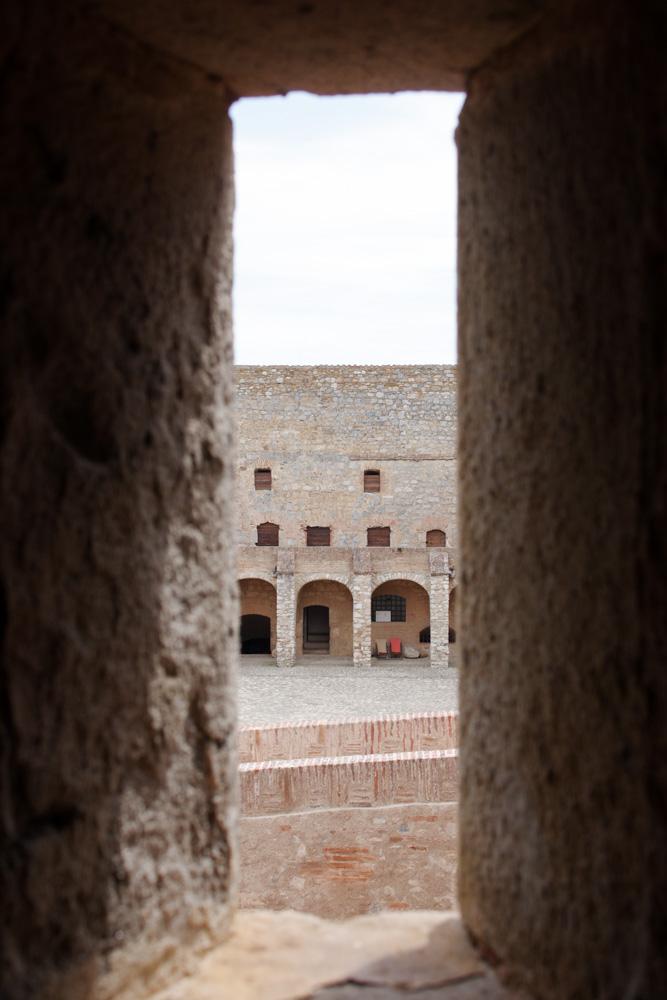 Vue sur la place d'Armes depuis une meurtrière - Forteresse de Salses