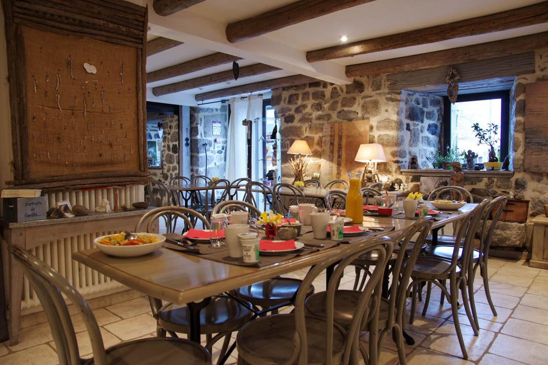 Salle du petit déjeuner de la chambre d'hôtes Lo d'Ici