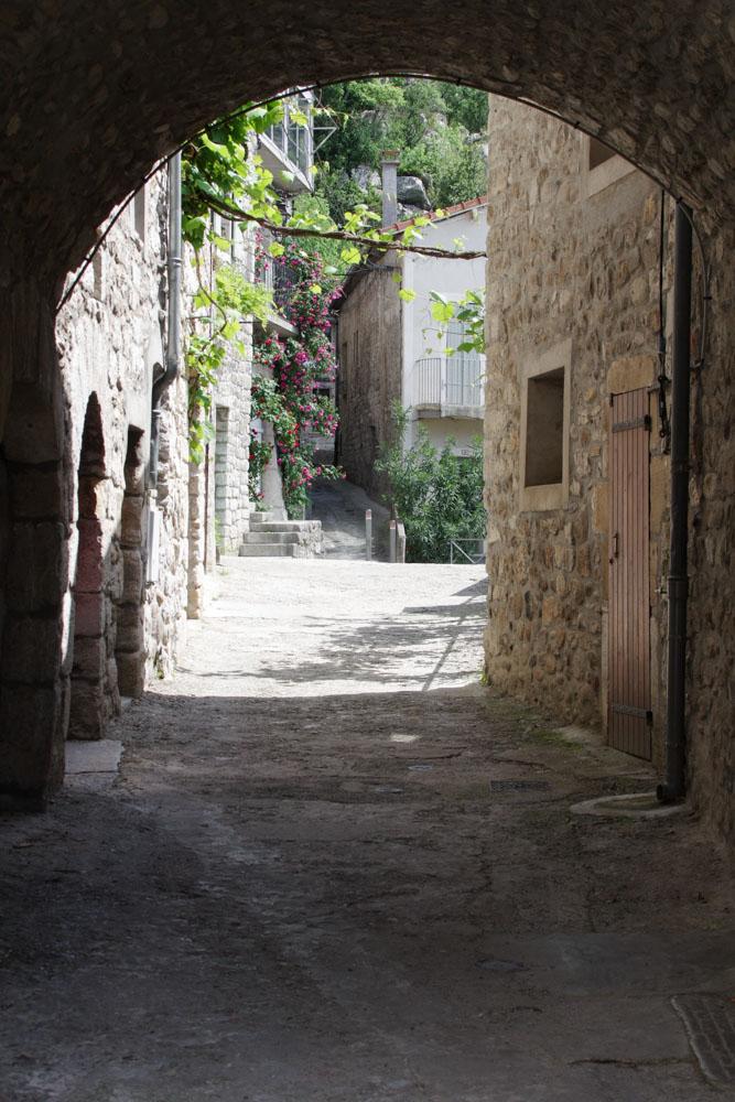 Ruelles du village de Vogüé