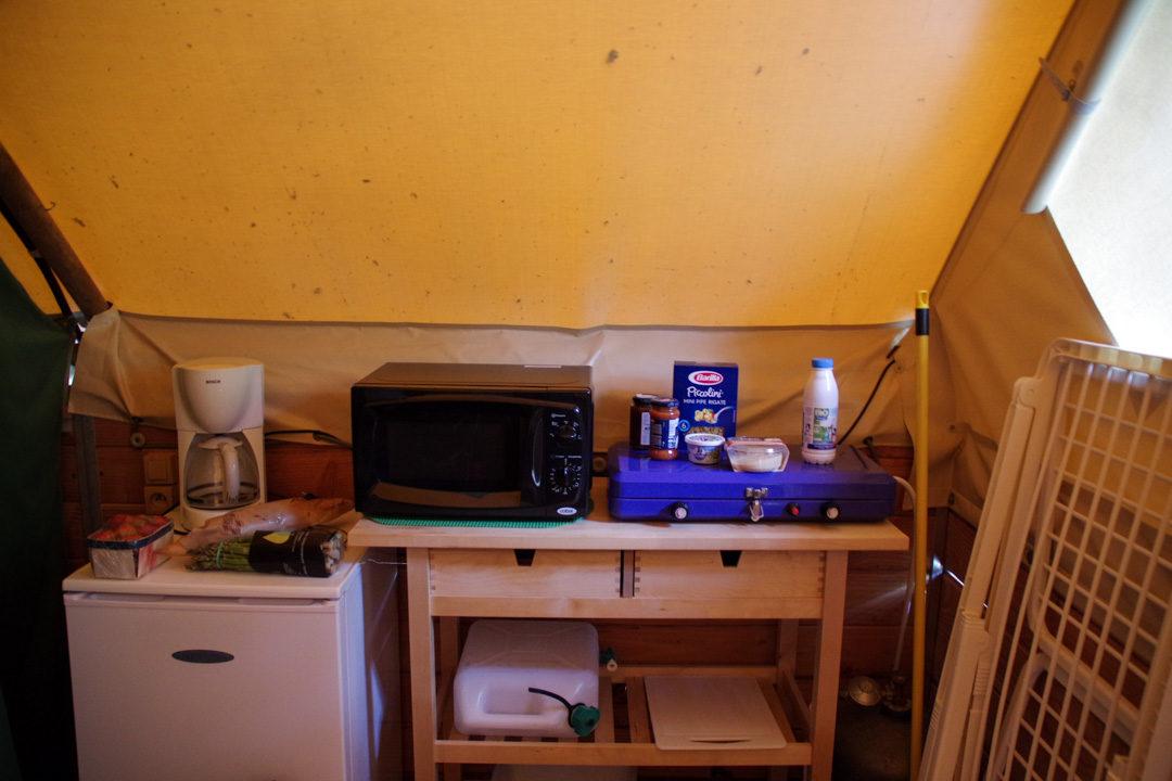 Espace cuisine - Cabane canadienne - Camping de l'Ombrage