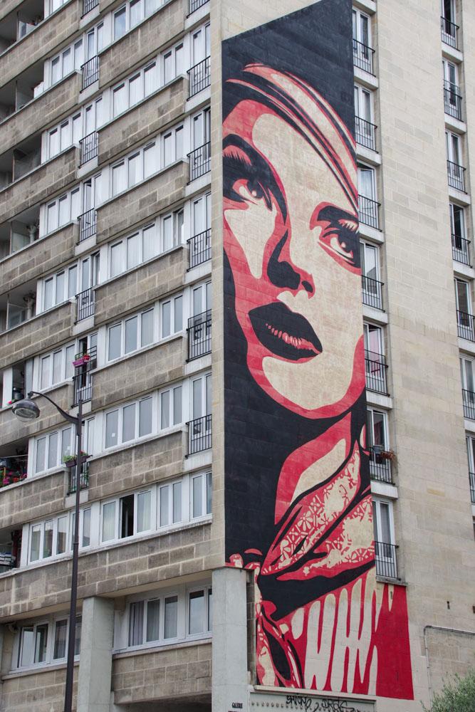 Fresque street art monumentale à Paris par Shepard Farey