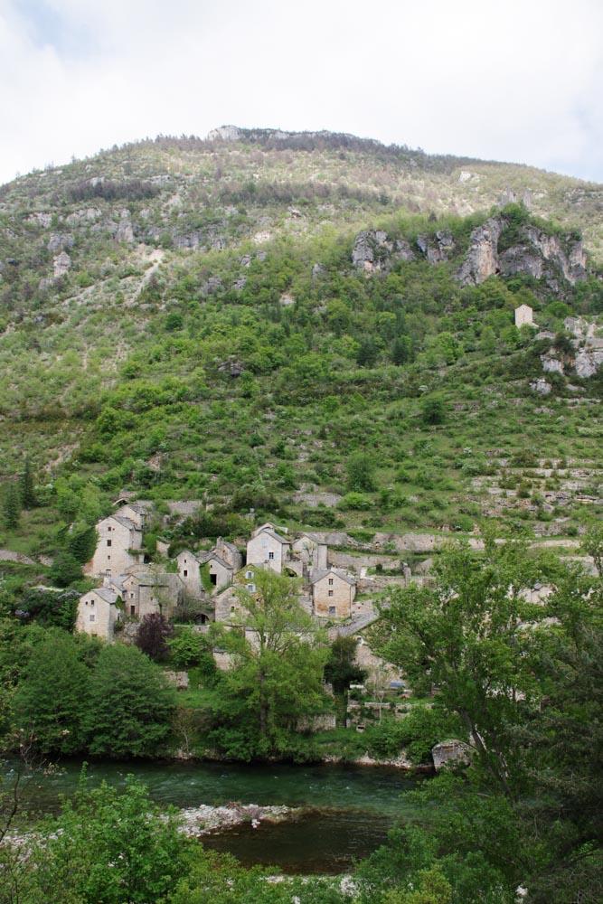 Le village isolé de Hauterives dans les Gorges du Tarn