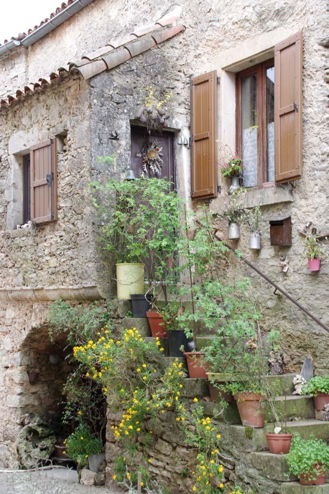 une maison dans le village de la Couvertoirade