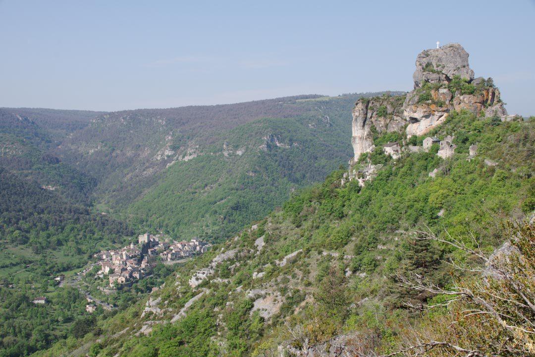 Vue sur le rocher de Capluc et le village de Peyreleau