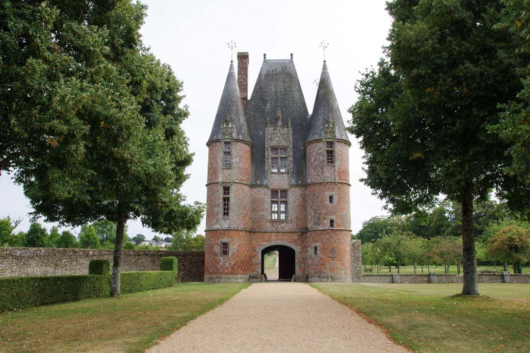 le donjon à l'entrée du chateau de Carrouges