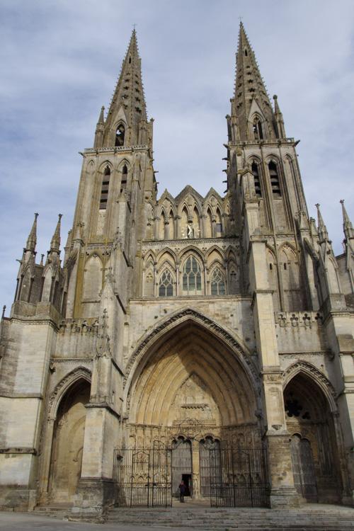 Facade principale de la cathédrale de Sées