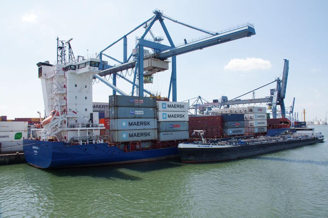 déchargement d'un porte conteneurs dans le port de Rotterdam