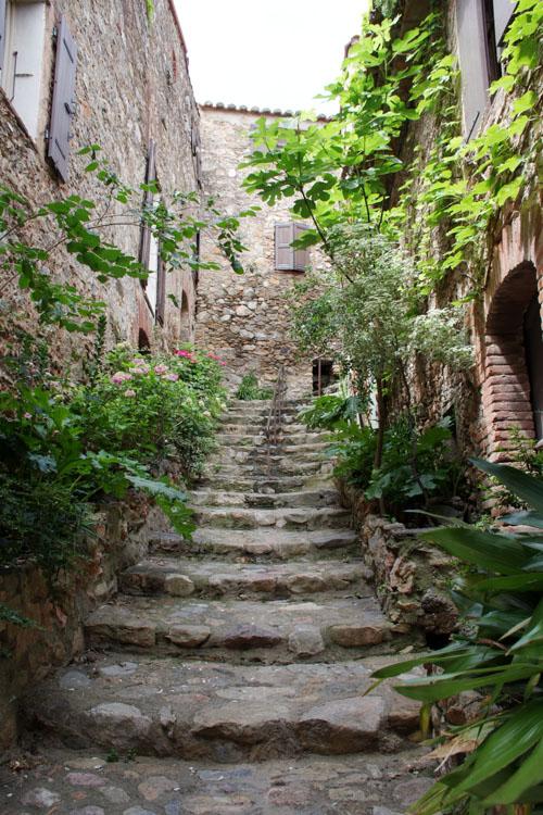 Ruelle escarpée - village de Castelnou