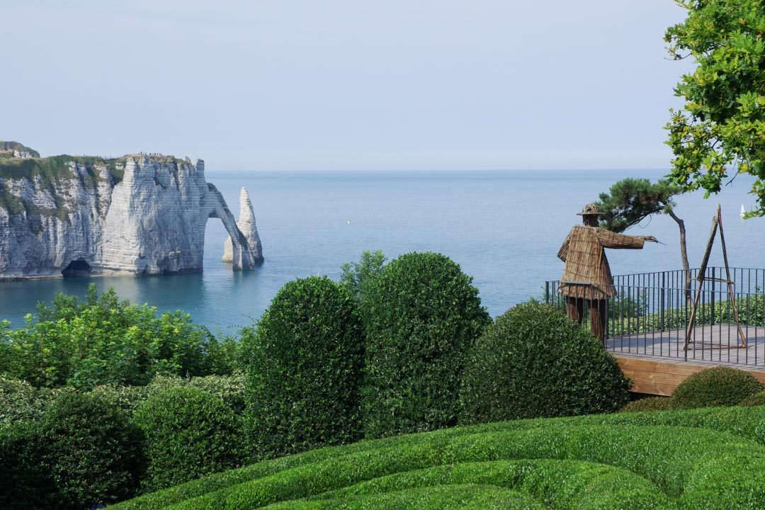 Vue sur les falaises d'Etretat depuis les jardins