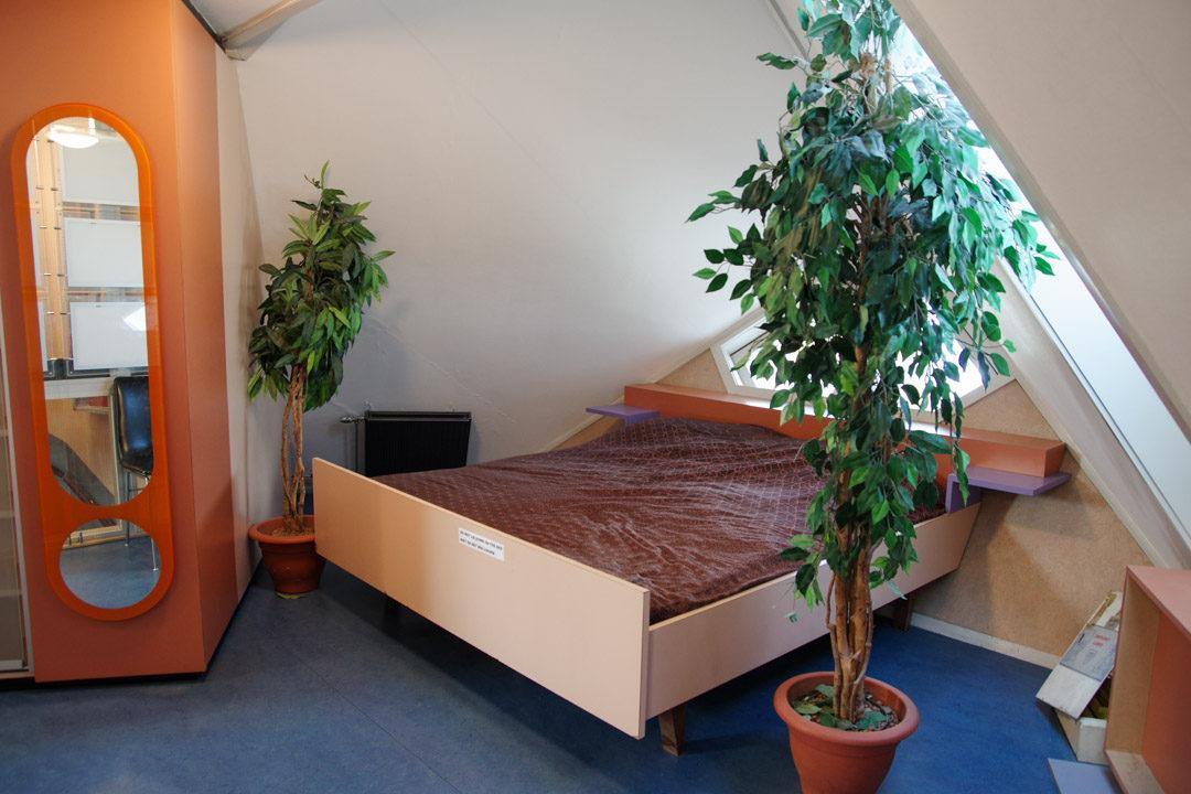 Intérieur de la maison cube témoin : la chambre