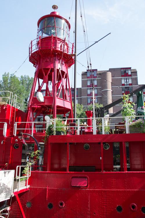 bateau phare dans le port de Rotterdam
