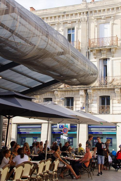 les cafés à l'extérieur des Halles de Sète