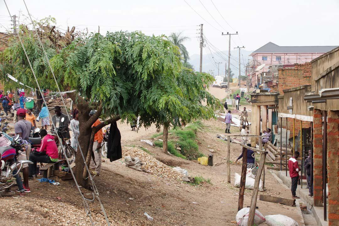 Rue d'une ville en Ouganda