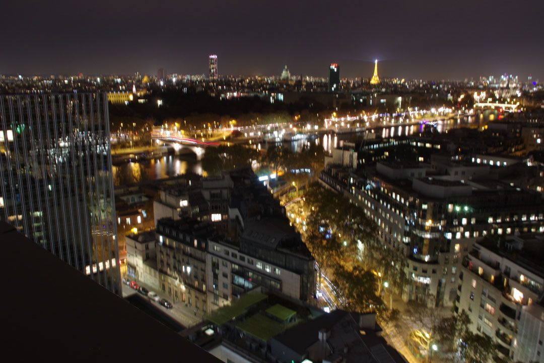 Vue sur paris la nuit photo floue