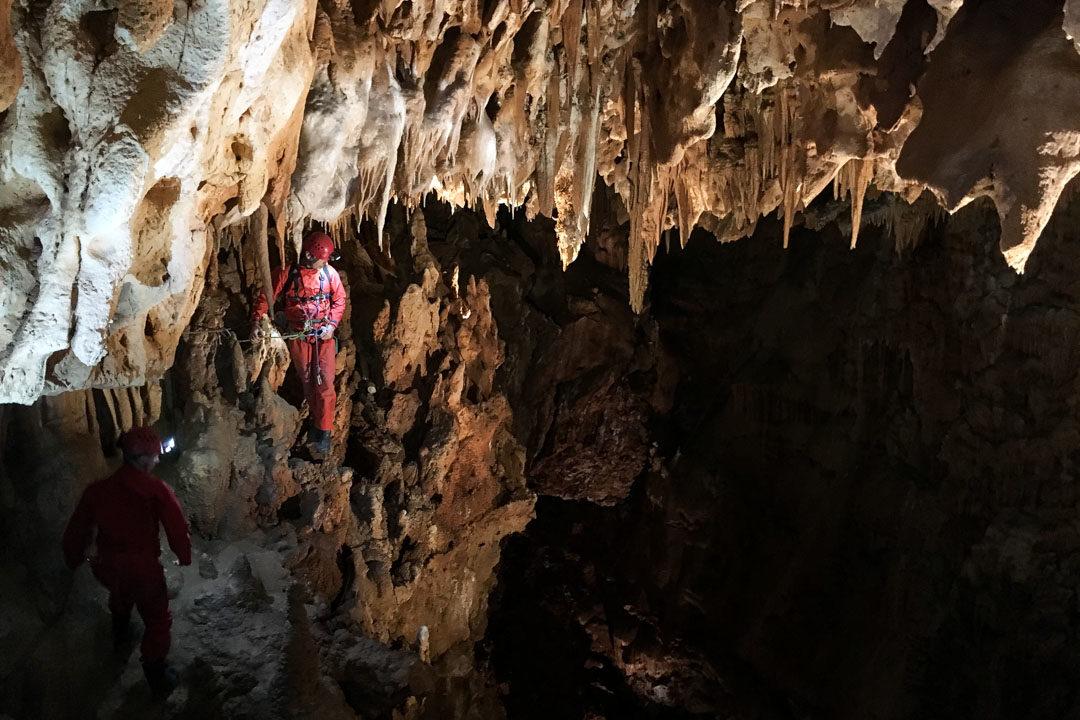 Spéléologie dans la grotte de l'Aven d'Orgnac