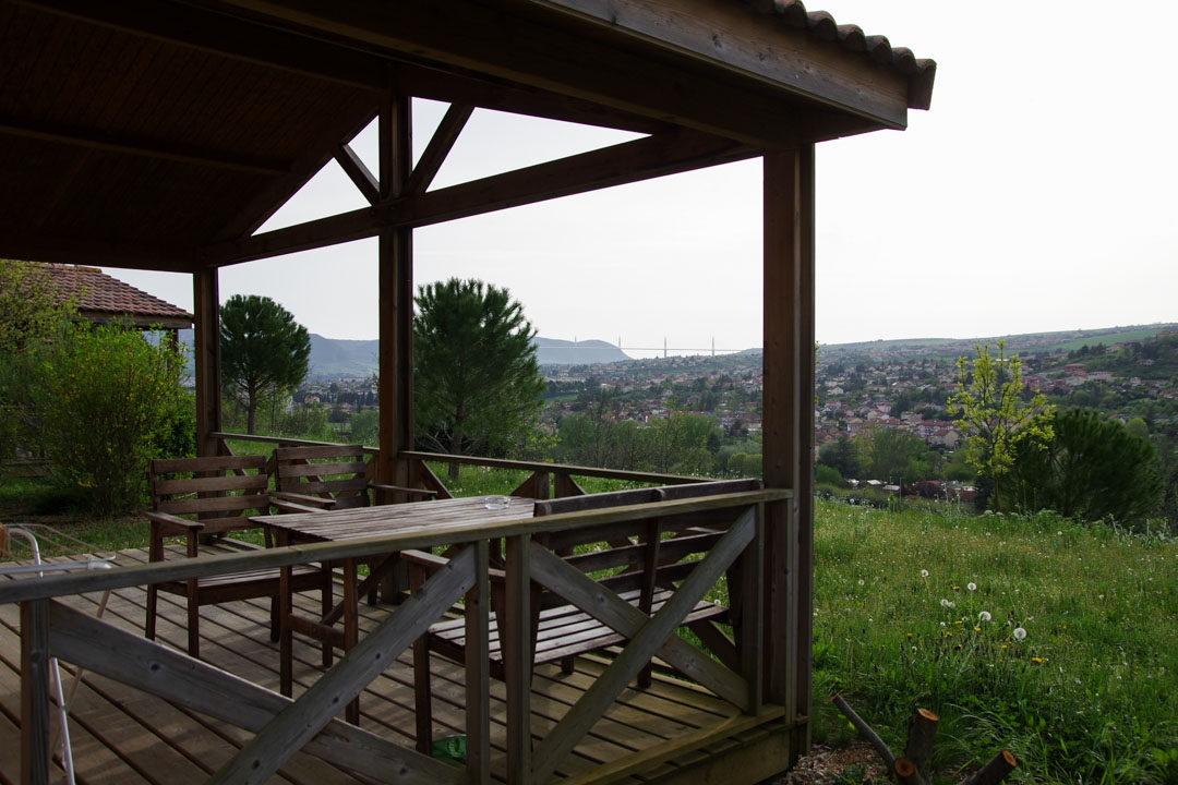 terrasse avec vue sur le viaduc de Millau