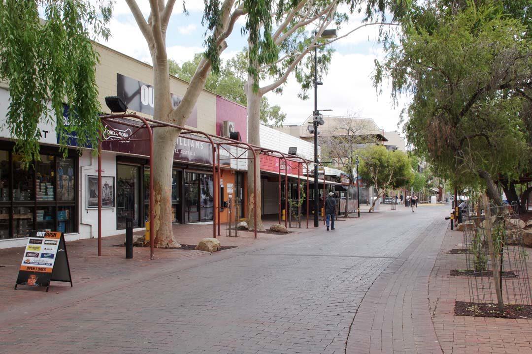 Rue pietonne dans le centre-ville d'Alice Springs