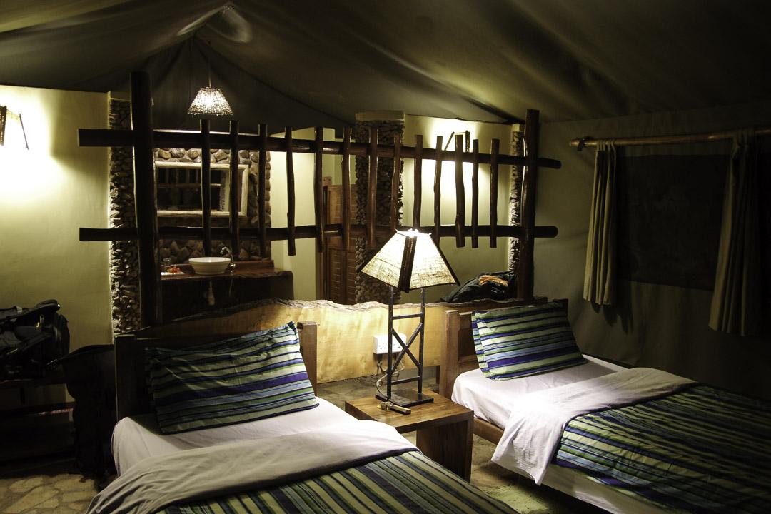 Intérieur de la tente du Kibale Forest Lodge