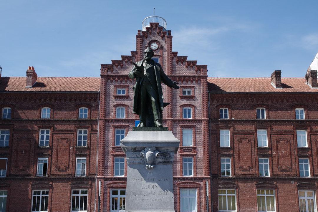 Statue de Godin devant le Familistere
