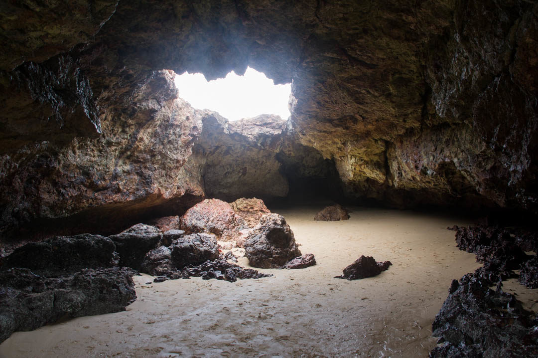 Interieur de Forrest Caves à marée basse