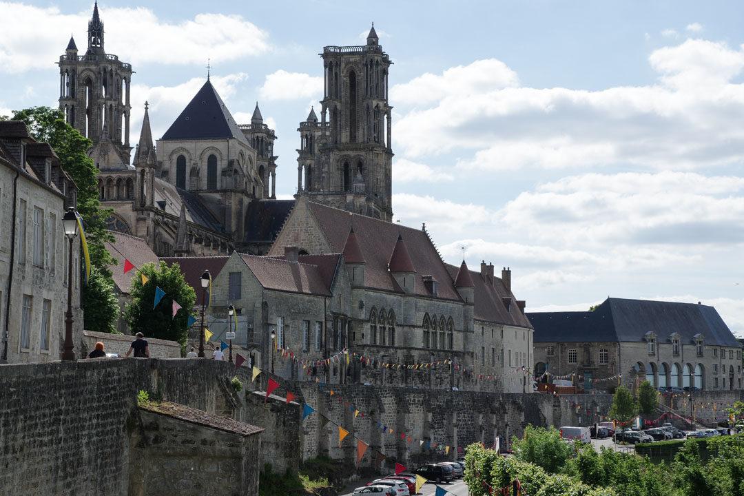 Les remparts et la cathédrale de Laon