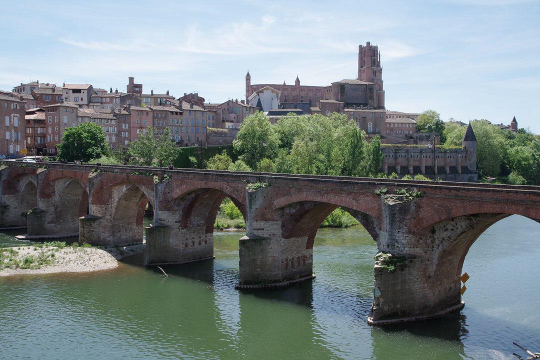Vue sur la cathédrale d'Albi, le pont vieux et le Tarn
