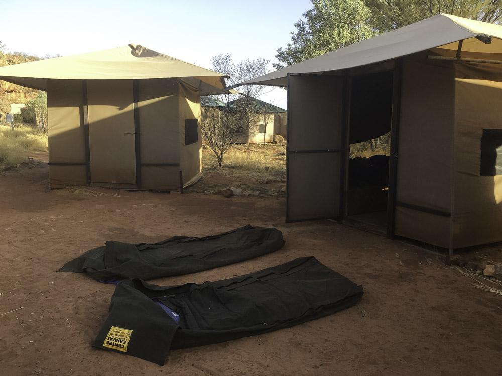 camper dans un swag dans l'outback australien
