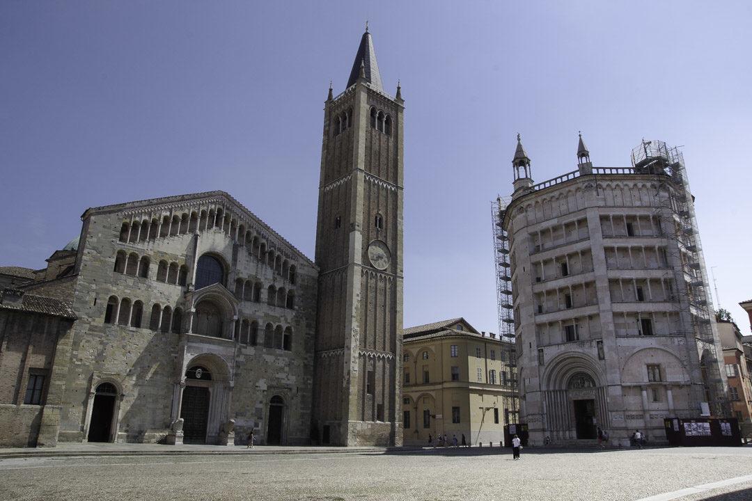 la place du Duomo de Parme avec la cathédrale et le Baptistère