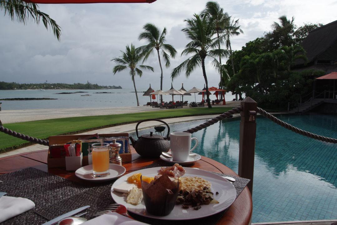 Petit déjeuner devant la plage et la piscine - Constance Prince Maurice