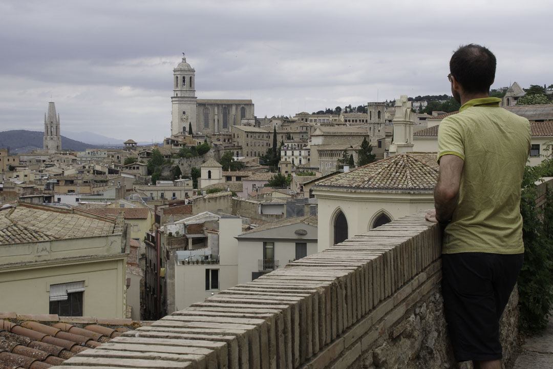 Admirer les toits de Gérone depuis les remparts de la ville