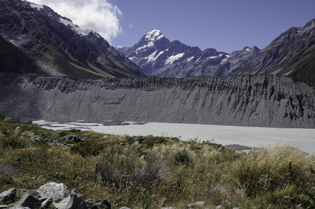 Vue sur un lac glaciaire avec le Mont Cook en arrière plan