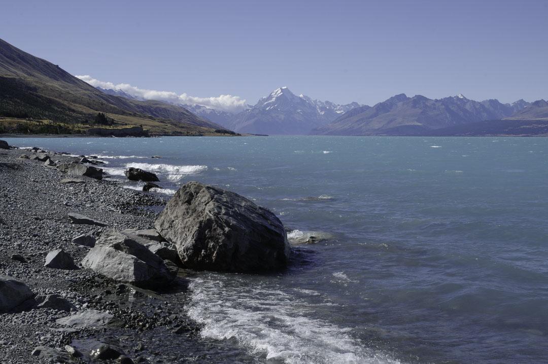Plage de galets au lake pukaki avec vue sur le mont cook