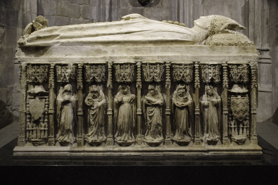 tombeau dans la cathédrale de Gérone