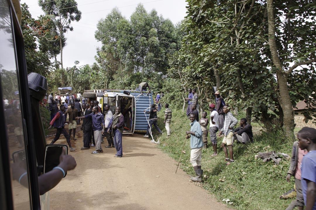 camion renverse sur la route - Ouganda
