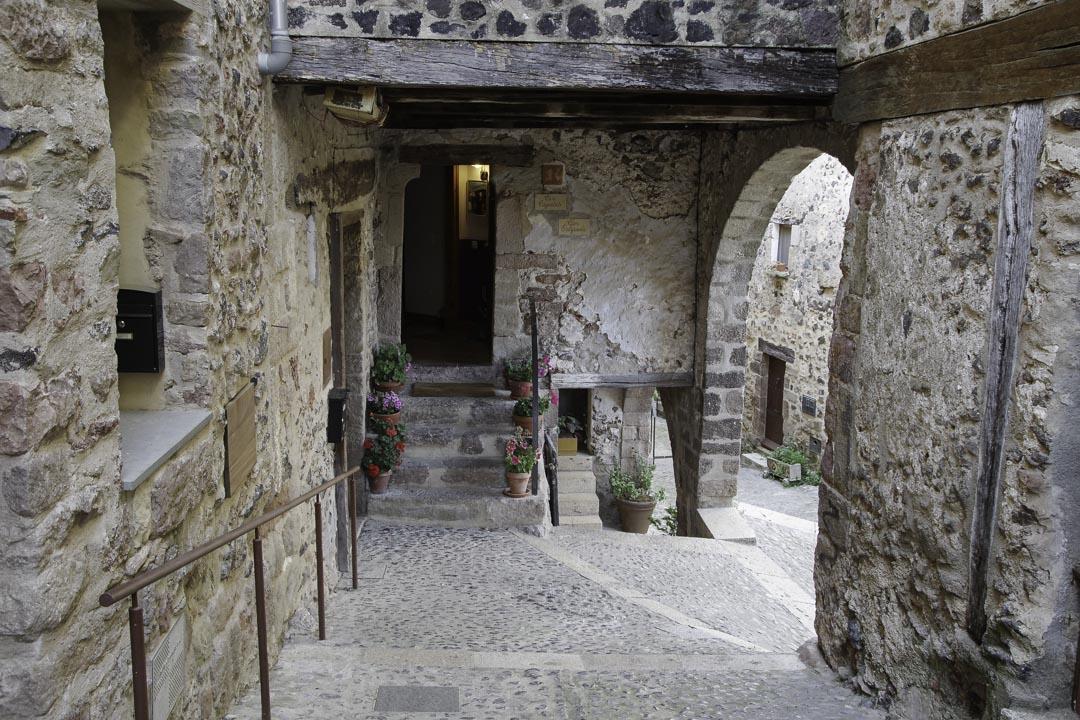 Ruelle dans le centre médiéval de Santa Pau