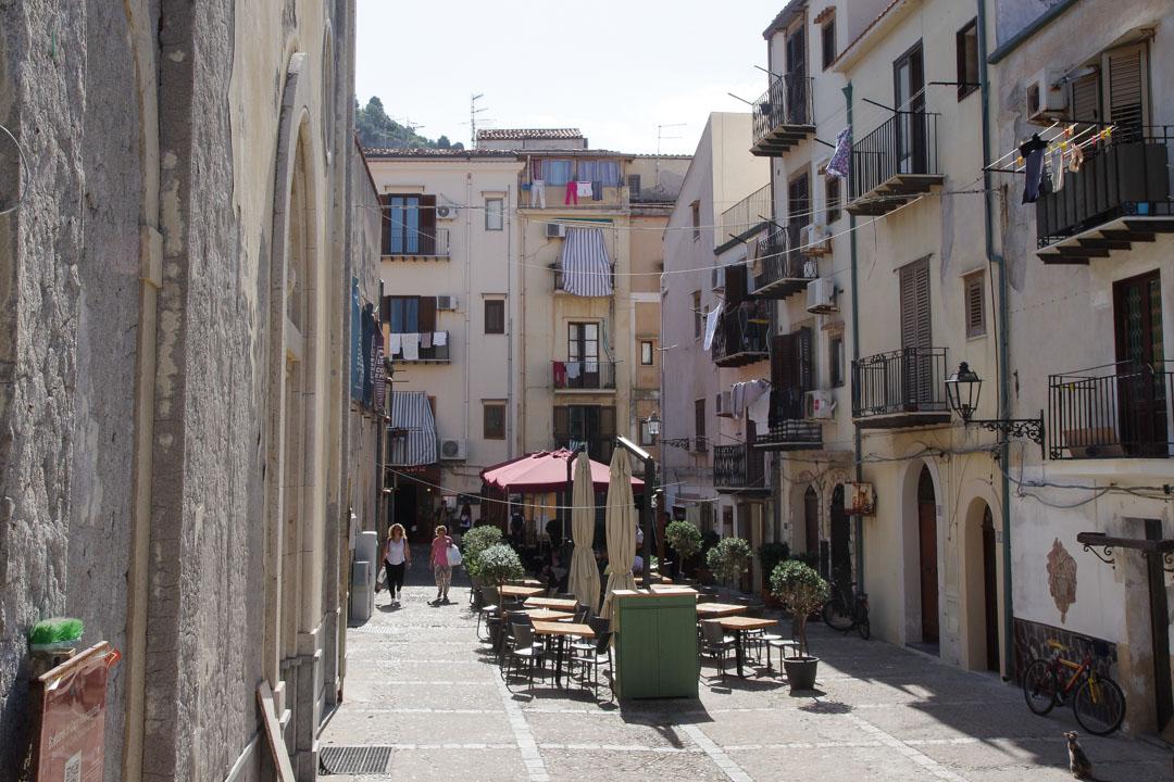 place dans la vieille ville de Cefalù en Sicile